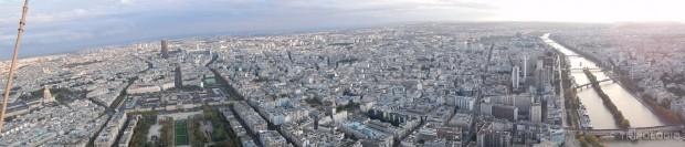Ponorama sa vrha tornja, lijevo je Champ de Mars, desno Sena
