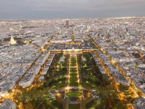 Pogled u sumrak sa vrha Eiffelovog tornja na Jardins du Trocadero