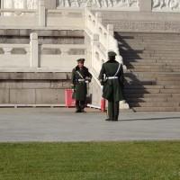 Vojska - smjena straže pored spomenika Narodnim herojima