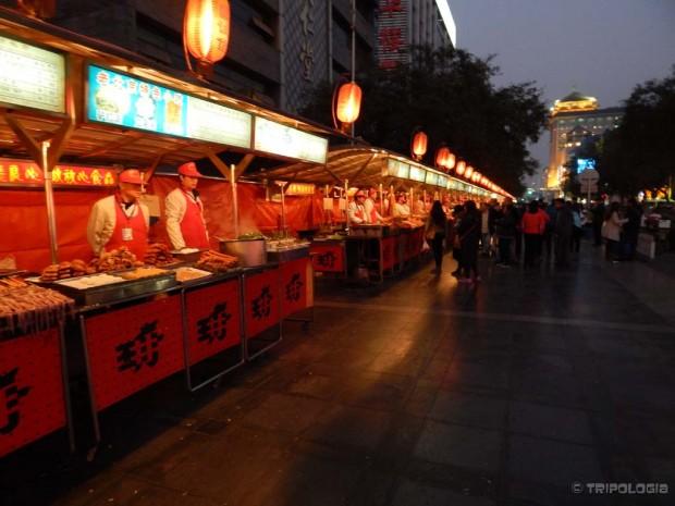 Donghuamen Night Market, na jelovniku Škorpioni, crvi u čokoladi, morske zvijezde...