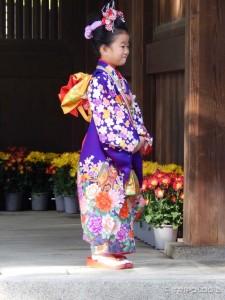 Mala manekenka u tradicionalnoj nošnji na Shinto vjenčanju, Meiji Jingu hram