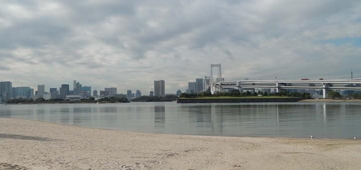 Odaiba, umjetni otok u Tokyo bay-u, pogled na kopno i Rainbow most