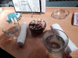 Sake Bar, sake, mokri ručnici za pranje ruku i grickalice
