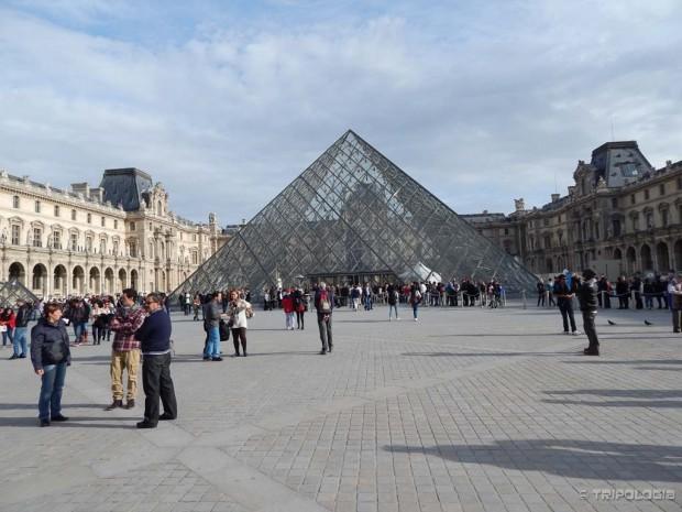 Piramida je glavni ulaz u Louvre