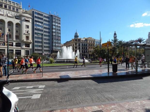 Maratonci prolaze kroz glavni gradski trg - Plaça de l'ajuntament