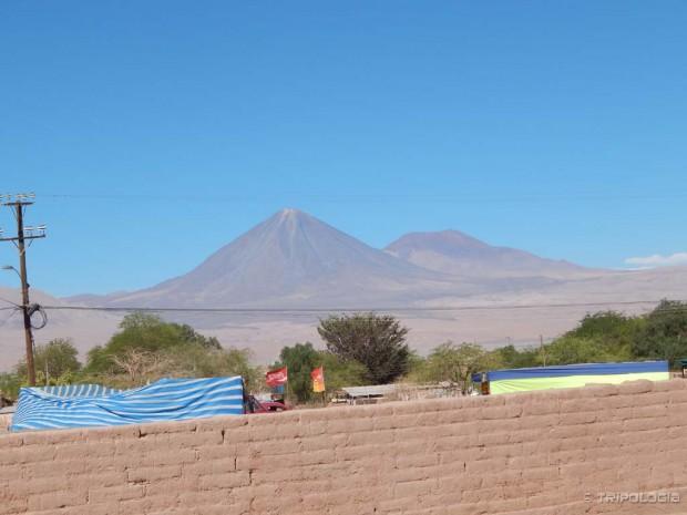 5.920 metara visok vulkan Licancabur dominira nad gradom