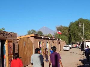 San Pedro de Atacama i vulkan Licancabur u pozadini