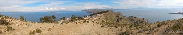 Panoramski pogled na jezero Titicaca sa vrha otoka Isle de Sol, lijevo je Bolivija, desno Peru