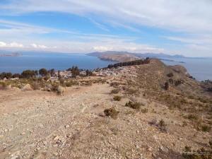 Pogleda sa vrha otoka Isla del Sol, lijevo je Bolivija, desno Peru