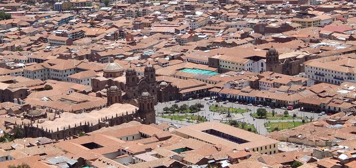 Pogled sa brda Cristo Blanco na povijesni centar Cusca, u sredini je jedan od najljepših trgova svijeta - Plaza de Armas