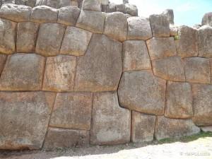 Saqsayhuaman i njegove savršeno uklopljene zidine, neke stijene teške su i do 200 tona a opet između dvije niti list papira ne stane