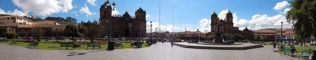 ...jednim od najljepših trgova svijeta dominiraju katedrala u crkva Compania...