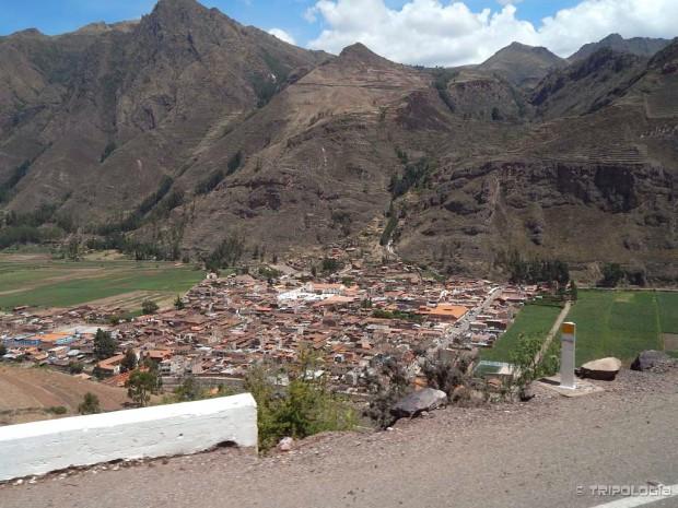 Grad Pisac, u prvom planu je novi grad, u pozadini se vide drevne terase Inka