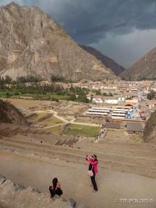 Pogled na grad u podnožnju i oluju koja se primiče