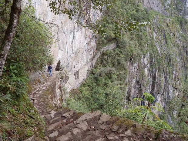 Uska staza bez ograde vodi uz okomitu stijenu do Inka mosta (u pozadini)