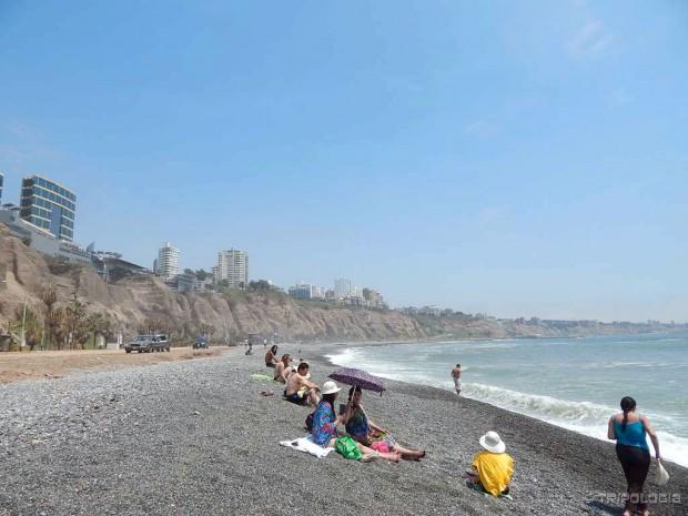 Crni vulkanski šljunak i pijesak - plaža u Mirafloresu