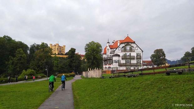 Pogled sa Alpsee jezera na Hohenschwanstein dvorac i Muzej Bavarskih kraljeva