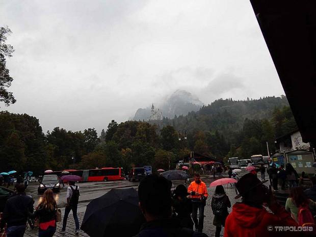 Po dolasku u Schwangau već ćete vidjeti Neuschwanstein dvorac visoko gore na brdu