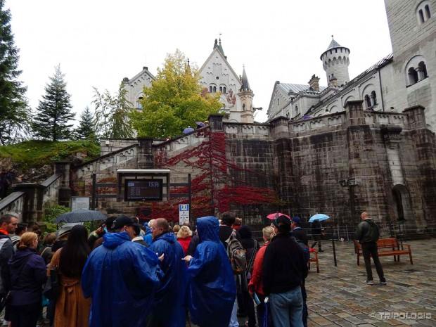 Čekanja na ulazak u dvorac. Na semaforu je ispisan broj grupe i vrijeme ulaska