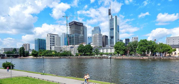 Frankfurt - pogled preko rijeke Majne na moderne nebodere