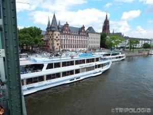 Brod čeka vrijeme za polazak ispod Eiserner Stega