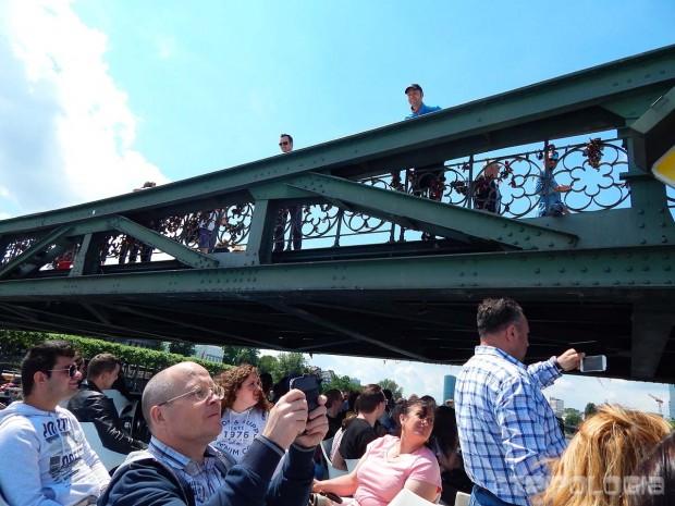 Bliski prolazak ispod mosta