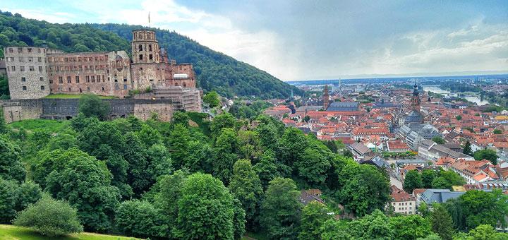 Pogled iz vrtova na dvorac i stari Heidelberg