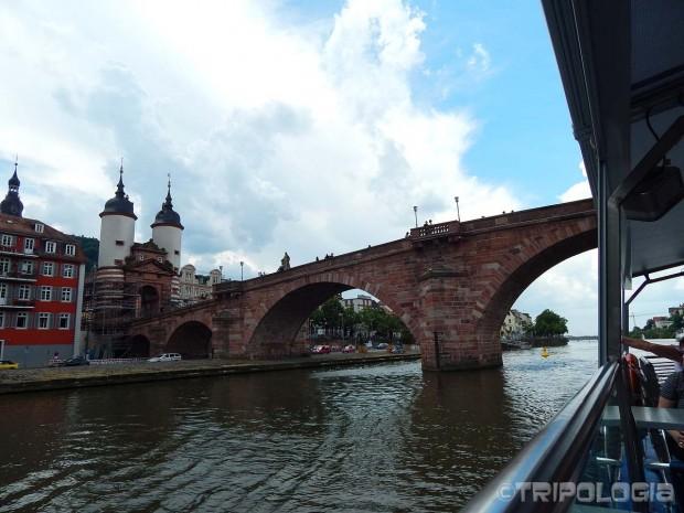 ...dok plovite ispod starog mosta...