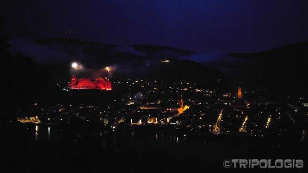 U prvom dijelu dvorac je obasjan stotinama vatrenih baklji...