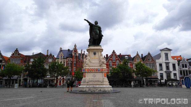 Vrijdagmarkt je najveći trg u gradu, centralno mjesto zauzima spomenik Jacobu van Arteveldeu koji pokazuje u smjeru Engleske