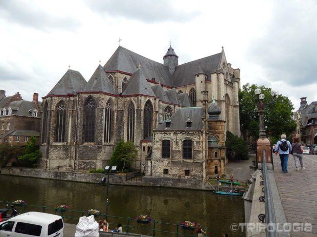 ...i pogled preko mosta Sint-Michielsbrug na stražnju stranu crkve