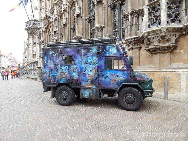 ...čak je i vojno vozilo obojeno u veselije boje