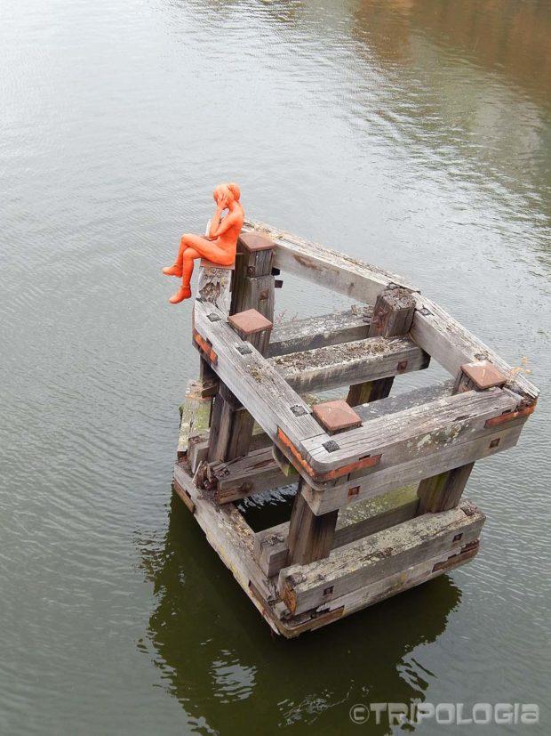Plastična djevojka ispraća brodove