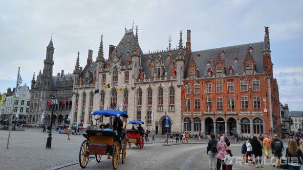 Provinciaal Hof dominira istočnom stranom trga