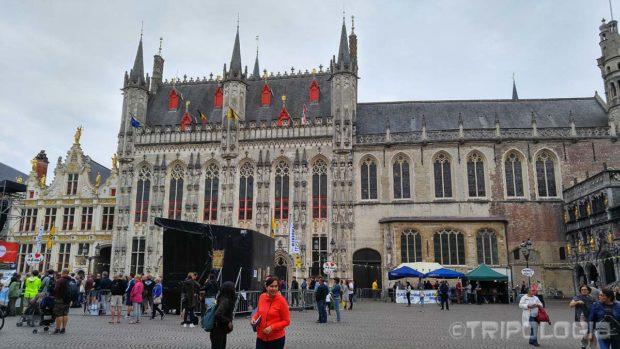 Burg - gradska vijećnica u sredini, desno od nje je Bazilika Svete Krvi, lijevo je Brugse Vrije