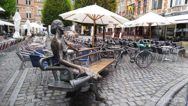 ...na sredini trga je još jedna zanimljiva gradska skulptura - De Kotmadam...