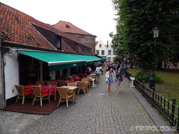 Mirne ulice oko Begijnhofa pune su kafića i ljudi...