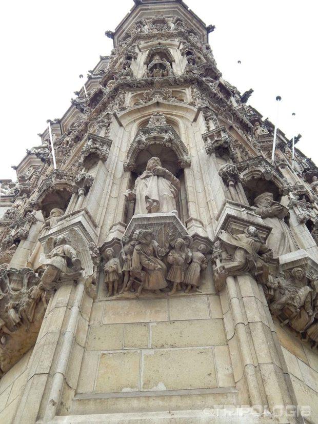 A ispod niša koje nose kipove su drugi kipovi