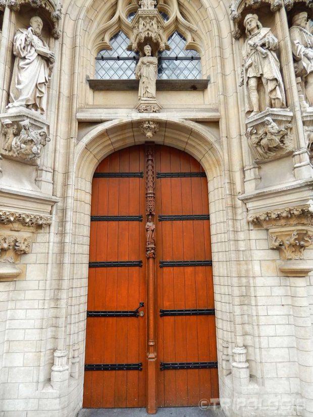 Čak su i drvena vrata ukrašena izrezbarenim kipovima
