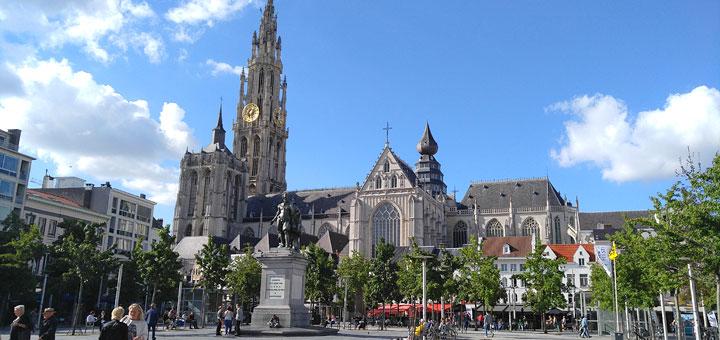 Antwerpenska katedrala i njen 123 metra visok zvonik