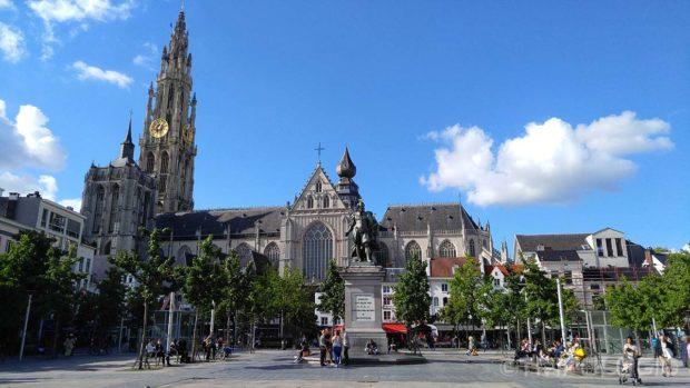 Pogled na katedralu sa trga Groenplaats