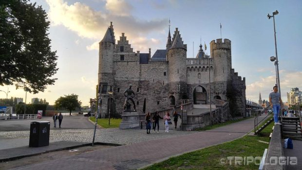 Het Steen tvrđava i skulptura džina iz lokalne legende ispred nje