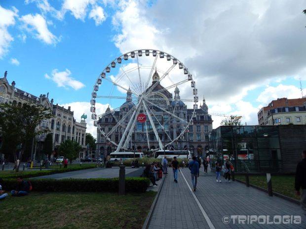 Panoramski kotač ispred željezničke stanice