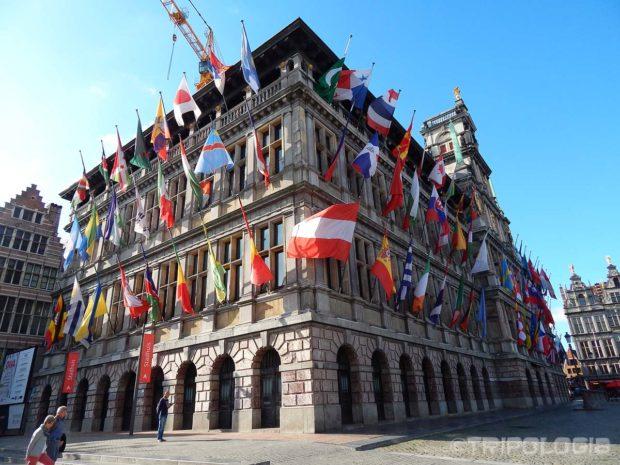 Gradska vijećnica puna je zastava sa svih strana svijeta